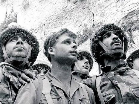 Les 3 parachutistes arrivant au kotel en juin 1968